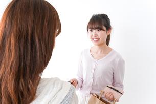 クレジットカードで支払う女性の写真素材 [FYI04707145]