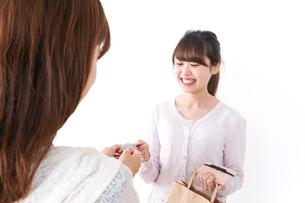 クレジットカードで支払う女性の写真素材 [FYI04707149]