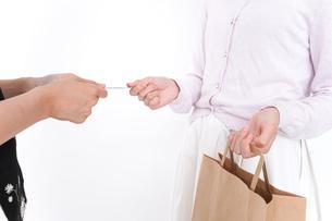 クレジットカードで支払う女性の写真素材 [FYI04707160]