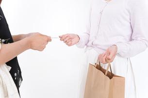 クレジットカードで支払う女性の写真素材 [FYI04707161]