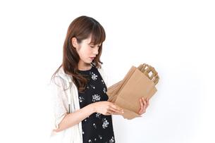買い物袋を整理する店舗スタッフの写真素材 [FYI04707162]