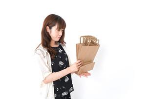 買い物袋を整理する店舗スタッフの写真素材 [FYI04707167]