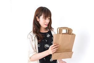 買い物袋を整理する店舗スタッフの写真素材 [FYI04707169]