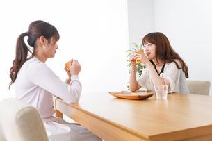 女子会をする若い2人の写真素材 [FYI04707177]