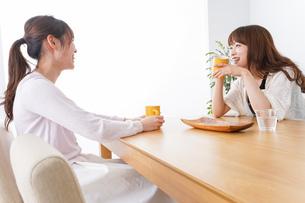 女子会をする若い2人の写真素材 [FYI04707183]