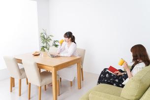 カフェにいる女性イメージの写真素材 [FYI04707192]