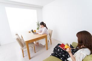 カフェにいる女性イメージの写真素材 [FYI04707207]