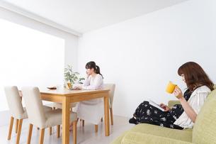 カフェにいる女性イメージの写真素材 [FYI04707208]