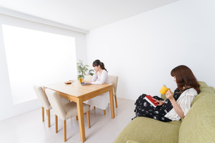 カフェにいる女性イメージの写真素材 [FYI04707209]