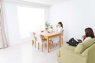 カフェにいる女性イメージの写真素材 [FYI04707211]