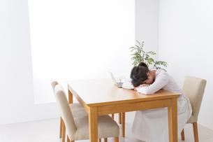 寝る女性の写真素材 [FYI04707223]