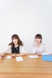 勉強する学生の写真素材 [FYI04707231]