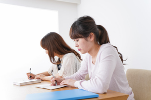 勉強する学生の写真素材 [FYI04707239]