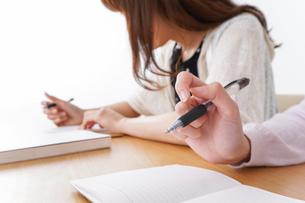勉強する学生の写真素材 [FYI04707245]