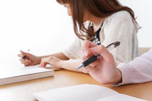 勉強する学生の写真素材 [FYI04707246]