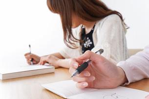 勉強する学生の写真素材 [FYI04707248]