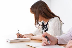 勉強する学生の写真素材 [FYI04707249]