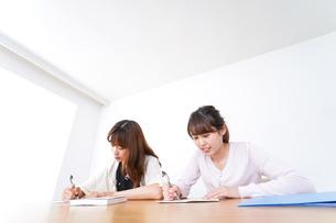 勉強する2人の女性の写真素材 [FYI04707261]