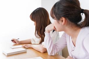 勉強する学生の写真素材 [FYI04707262]
