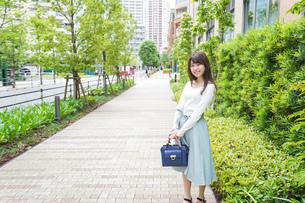 街なかでデートをする女性の写真素材 [FYI04707270]