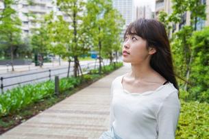 街なかでデートをする女性の写真素材 [FYI04707271]