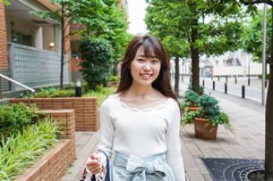 街なかでデートをする女性の写真素材 [FYI04707274]