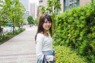 街なかでデートをする女性の写真素材 [FYI04707278]