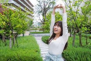 伸びをする若い女性の写真素材 [FYI04707295]