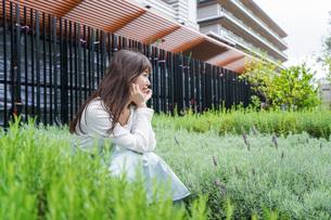 外でデートする女性の写真素材 [FYI04707302]