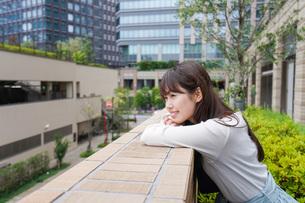 外でデートする女性の写真素材 [FYI04707312]