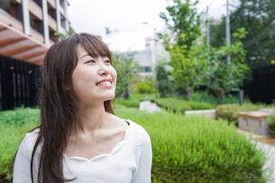 外でデートする女性の写真素材 [FYI04707316]