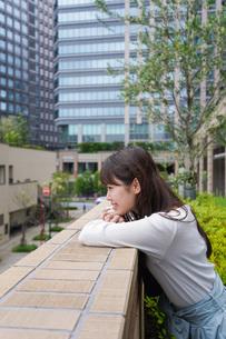 外でデートする女性の写真素材 [FYI04707321]