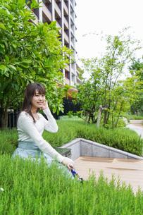 外でデートする女性の写真素材 [FYI04707345]