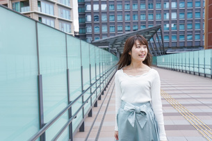 都会を歩くビジネスウーマンの写真素材 [FYI04707346]