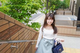 街なかでデートをする女性の写真素材 [FYI04707347]