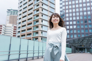 都会を歩くビジネスウーマンの写真素材 [FYI04707359]