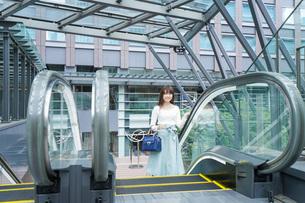 エスカレーターに乗る女性の写真素材 [FYI04707360]