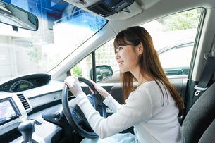 Young woman driving a carの写真素材 [FYI04707393]