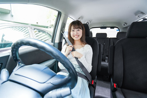 Young woman driving a carの写真素材 [FYI04707397]