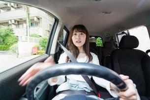 交通事故にあう女性の写真素材 [FYI04707400]