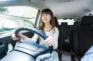 Young woman driving a carの写真素材 [FYI04707402]