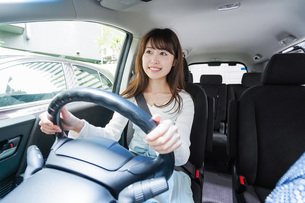 Young woman driving a carの写真素材 [FYI04707403]