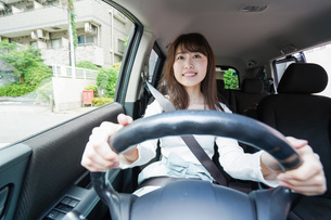 Young woman driving a carの写真素材 [FYI04707411]