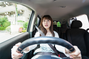 交通事故にあう女性の写真素材 [FYI04707412]