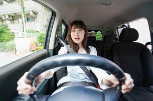 交通事故にあう女性の写真素材 [FYI04707414]