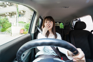 交通事故にあう女性の写真素材 [FYI04707415]