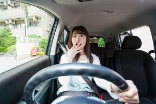 交通事故にあう女性の写真素材 [FYI04707416]