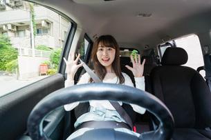交通事故にあう女性の写真素材 [FYI04707419]
