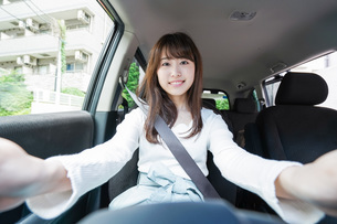Young woman driving a carの写真素材 [FYI04707421]