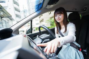 ドライブをする女性の写真素材 [FYI04707422]
